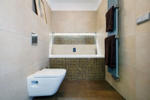 Je libo horkou koupel? Ve druhé koupelně si majitelé dopřáli komfort vany.