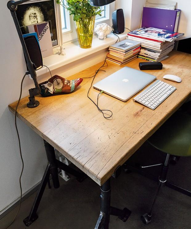 Jako zapomenutý ve starétovárně. Tak vypadá Radkův pracovní stůl od Nanovo, vyrobený na zakázku. Nohy tvoří kovové zednické kozy, masivní dubová deska pochází ze starého ponku, přesně, jak si to mladý muž přál. FOTO DANO VESELSKÝ