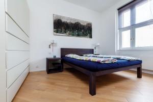Ložnice je zařízena ve střízlivém duchu, aby nic nerušilo klidný spánek.