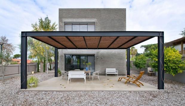Jednoduchý a prostorný dům pro otce se synem
