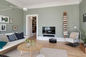 V obývacím pokoji nechybí televizor ani minimalistická knihovna. Co však ve srovnání s českými byty chybí, je mohutná obývací stěna či jakýkoliv nábytek. To však vůbec není na škodu, právě naopak, prostor je vzdušný a funkční, není v něm nic navíc. Foto: Alvhem