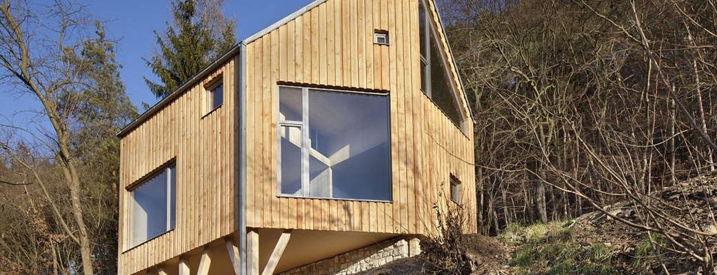 Staré letní sídlo v chráněné krajinné oblasti Křivoklátsko přetvořili na minimalistický rodinný dům