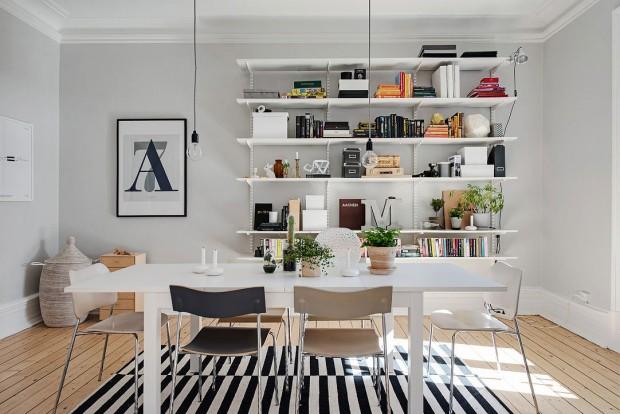 Nádherná jednoduchá jídelna laděná v kontrastních tónech je ideálním prostorem nejen pro společné večeře, ale i pro večírky, na které si můžete dovolit pozvat více hostů. Foto: Alvhem