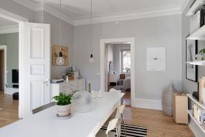 Malá komoda v rohu jídelny poskytuje potřebný úložný prostor. Z jídelny lze přejít přímo do ložnice. Foto: Alvhem
