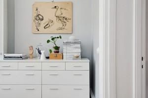 Netradiční dekorace oživují každý kout místnosti. Na zárubni je dobře vidět tloušťku stěn více než stoleté budovy. Foto: Alvhem