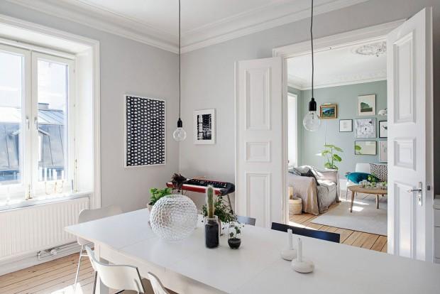 Dva nádherné a prostorné hlavní pokoje oddělují mohutné dvoukřídlé dveře. Jak jinak – v bílé barvě. Foto: Alvhem