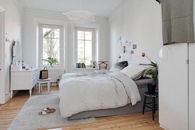 Prostorově velkorysá ložnice je opět laděná v bílé a světle šedé barvě. Ani zde nechybějí zelené akcenty a účelný bílý nábytek v takovém objemu, aby zbytečně nezatížil prostor a zároveň poskytl co nejvíce úložného prostoru. Foto: Alvhem