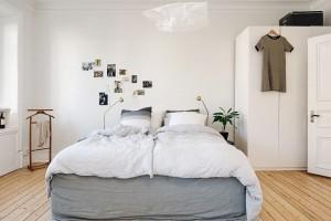 Do pokoje se lehce vešla i pohodlná manželská postel, kterou po stranách zdobí noční stolky. Foto: Alvhem