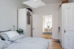 Bílé skříně stojící proti sobě na dvou stěnách poskytují množství prostoru. Foto: Alvhem