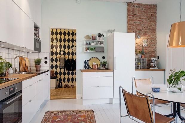 Trošku nečekaně můžeme z ložnice přejít přímo do kuchyně, která obsahuje i jídelní kout. Kuchyň prošla kompletní rekonstrukcí v roce 2012. Foto: Alvhem