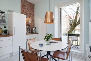 Z kuchyně se dá jít na balkon, čili ranní kávu či večerní sklenku vína si mohou obyvatelé v klidu vychutnat nejen v kuchyni, ale i na balkoně s příjemným výhledem. Foto: Alvhem