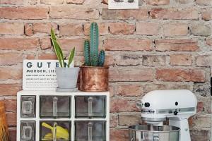 Cihlový obklad v kombinaci s dřevěným pracovním prostorem a zelení zajistí příjemnou kuchyňskou atmosféru. I v tomto případě platí, že kuchyně je srdcem obydlí. Foto: Alvhem