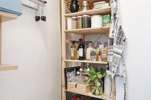 Vedle kuchyně se nachází i malá, ale praktická technická místnost, nebo pokud chcete – spíž. Úložiště je vyřešen jednoduše a funkčně, prostřednictvím dřevěných polic. Foto: Alvhem