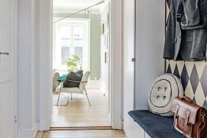 Jedna skříň, lavička na sezení a věšák na odkládání kabátů – severská chodba třípokojového bytu je velmi podobná té naší. Foto: Alvhem