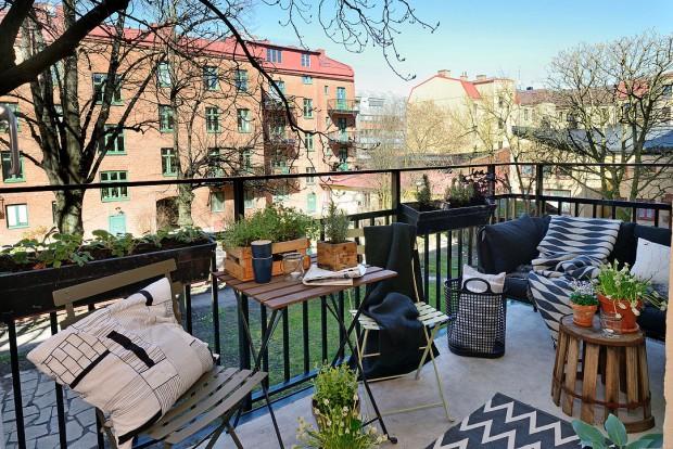 Balkon o rozloze přibližně 5 metrů čtverečních nabízí prostor pro relaxaci a výhled do klidné zahrady. Foto: Alvhem