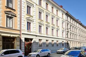 Byt se nachází ve 2. patře bytovky postavené v roce 1885. Foto: Alvhem