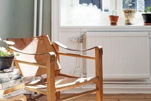Staré dřevěné křeslo potažené kůží bylo odborně ošetřeno a zachováno jako stylový doplněk, který perfektně ladí s interiérem. Foto: Alvhem