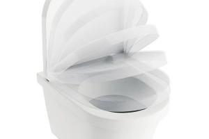 WC sedátko Chrome se zpomaleným systémem sklápění soft close tvarově ladí sWC ze širokého koupelnového konceptu Chrome od českého výrobce koupelnového vybavení Ravak. Foto Ravak