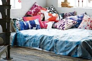 Spánek na akvarelech. Textilní doplňky (především polštáře) od designérky Amy Sia inspirované lupeny květů, působí zasněně aumělecky. Jsou skvělou volbou jako ozdoba moderní kožené sedačky. FOTO AMY SIA