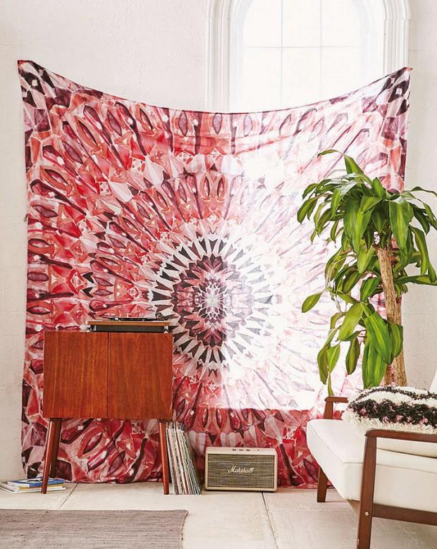 Magická mandala zdobící tapisérii zkolekce Magical Thinking značky UO je stylovým doplňkem smultifunkčním využitím (jako přikrývka, závěs nebo deka). foto urban outfitters