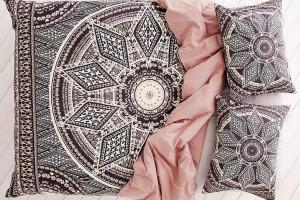 Ložní prádlo UO zorganické bavlny způsobí, že ineustlaná postel bude působit stylově. Stejně, jako množství barev,vzorů adalších inspirací, ho najdete na www.urbanoutfitters.com. foto urban outfitters