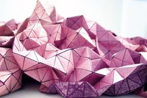 Princip polámaných ploch ahra se světelnými odrazy dominují textiliím zkolekce Folding-a-part. Vhodné jsou prakticky na cokoli, iobyčejný polštář díky nim bude působit jako skulptura. Foto Mikabarr