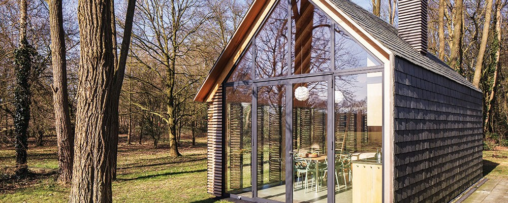 Malý rekreačný domek jen ze dřeva, břidlice a skla