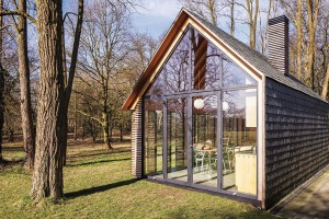 Dřevo, sklo, břidlice. Tři tradiční materiály vmoderním pojetí, taková je chata, kterou na nizozemském venkově stvořilo studio Zecc ve spolupráci sdesignérem Roelem van Norelem. FOTO STIJN POELSTRA