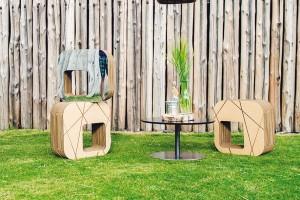 Kartonový sedák, kartonová lepenka, dřevovláknitá deska, 2 500 Kč/ks FOTO KARTOONS