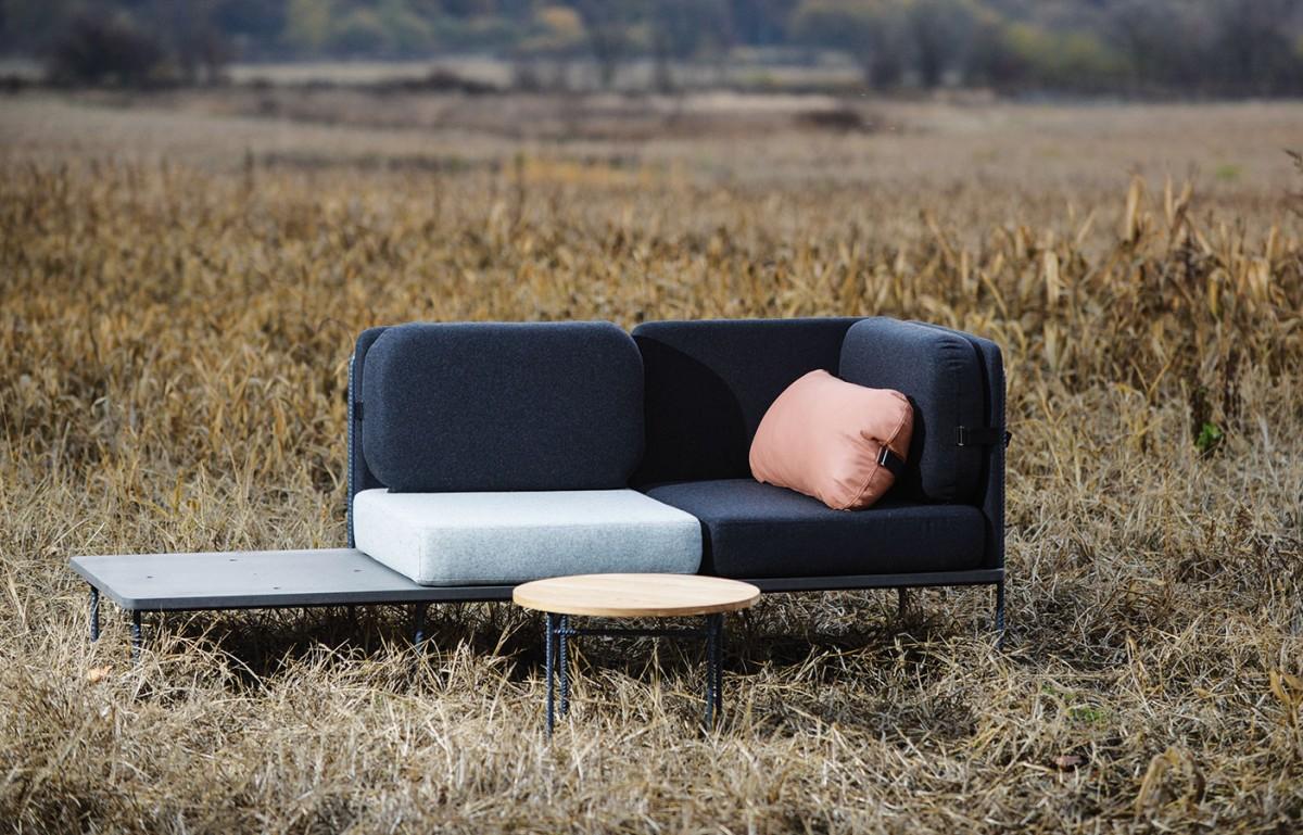 """Variabilní sedací souprava zkolekce """"Move me"""" umožňuje různé modifikace. Na základní kovovou či dřevěnou konstrukci slavicí lze libovolně vrstvit sedací aopěradlové díly azadní paravány. Konferenční stolek je vyjímatelný, nahradit ho lze opěradlovým dílem aproměnit tak sedačku vpohodlné ležení. FOTO SCHWESTERN"""