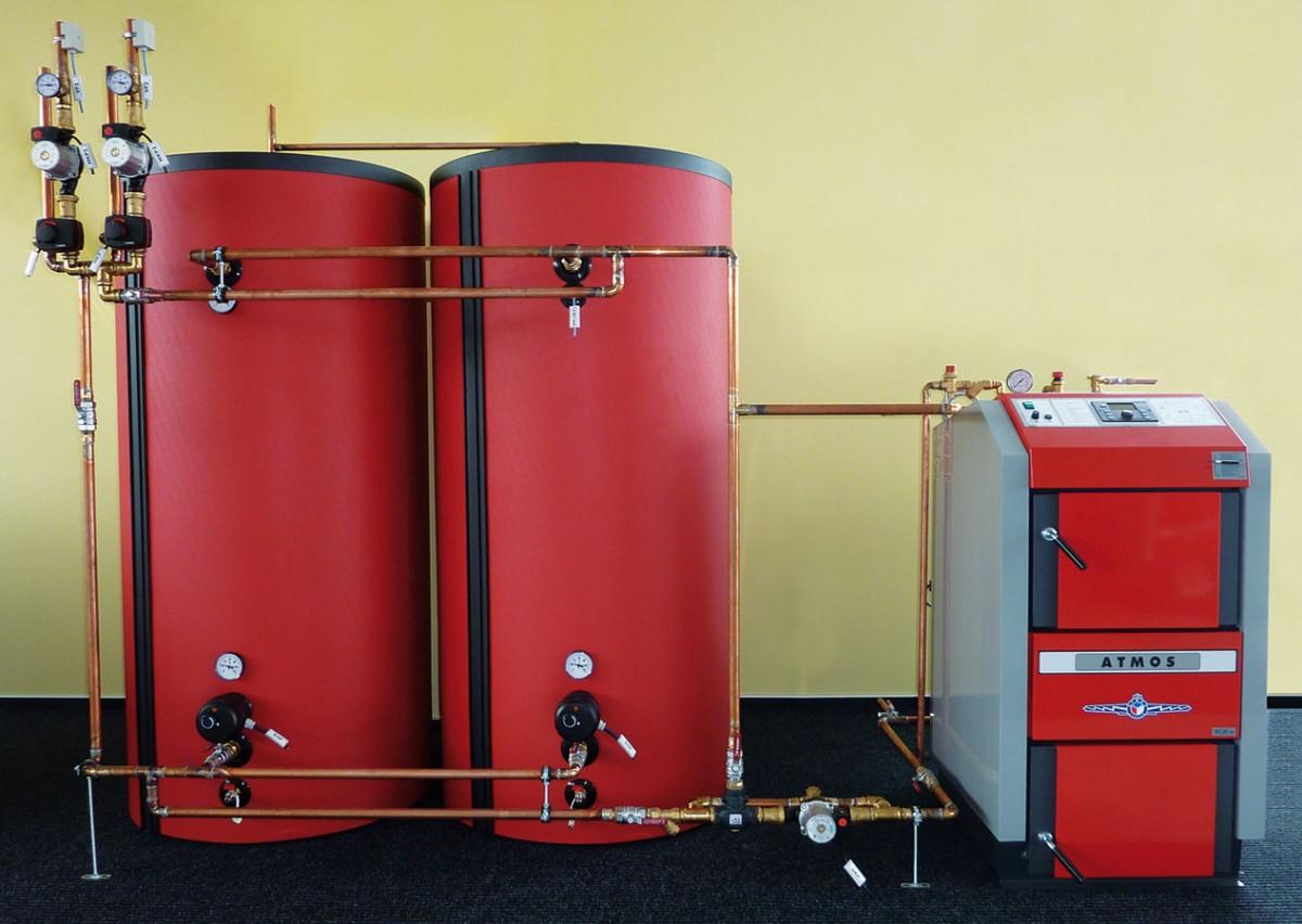 Zplynovací kotle na dřevo D25GS 4. emisní třídy spalují dřevo na principu generátorového zplynování spoužitím odtahového ventilátoru (S) pro odsávání spalin. Obrácené spalování, předehřátý spalovací vzduch akeramický spalovací prostor umožňují prakticky dokonalé spalování sminimem škodlivých exhalací. Při doporučené instalaci kotle sakumulačními nádržemi dojde ke snížení spotřeby paliva azvýšení komfortu vytápění. FOTO ATMOS