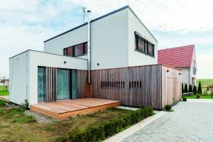 Dvoupodlažní dřevostavbu nedaleko Prahy navrhli obráceně