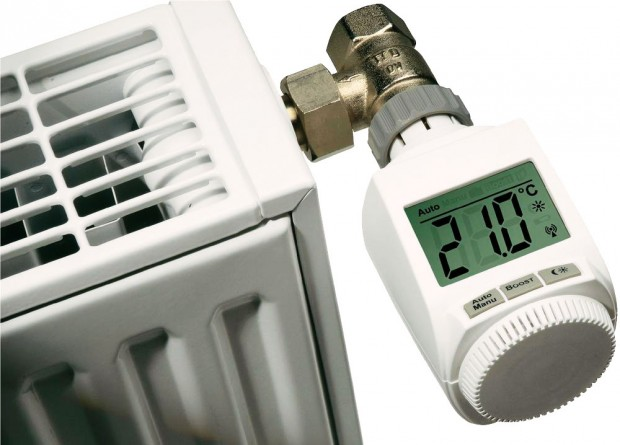 Programovatelné termostatické hlavice nastavíte tak, aby topily na vámi určenou teplotu vurčité hodiny. Cíleným vytápěním pouze tehdy, když je potřeba, můžete dosáhnout snížení nákladů o20 až 30 %. Programovatelné termostatické hlavice seženete například ve-shopu www.conrad.cz.