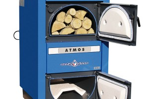 Zplynovací kotle na dřevo DC32S 4. emisní třídy jsou určeny pro spalování dřeva na principu generátorového zplynování spoužitím odtahového ventilátoru (S) pro odsávání spalin zkotle. Obrácené spalování, předehřátý spalovací vzduch akeramický spalovací prostor umožňují prakticky dokonalé spalování sminimem škodlivých exhalací. Při doporučené instalaci kotle sakumulačními nádržemi dojde ke snížení spotřeby paliva azvýšení komfortu vytápění. FOTO ATMOS