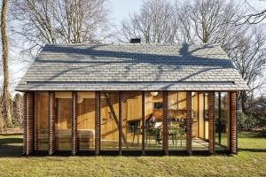 Okenice zdřevěných lamel ajejich natáčení umožňuje usměrňovat jak sluneční svit, tak pohledy zvenčí. FOTO STIJN POELSTRA