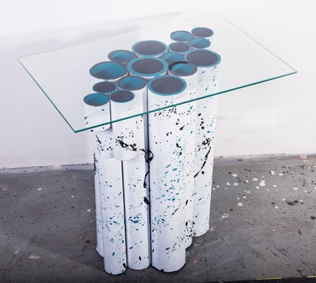 Eko stolek (design Viktória aViktória Semaníkovy) si můžete klidně vyrobit isami doma. Stačí vám jen papírové trubky po látkách, kobercích, nebo třeba fólie, seříznuté na stejnou délku, dále zabroušená skleněná deska, trocha barev afantazie.