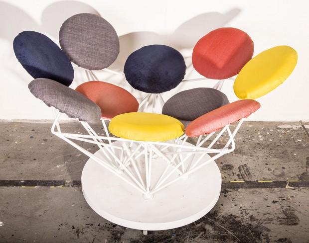 Lentilkové křeslo (design Kristýna Šťouralová aJiří Valášek) je z99 %vyrobené zodpadového materiálu, nové jsou pouze podložky pod šrouby abílá barva ve spreji. FOTO 3XR