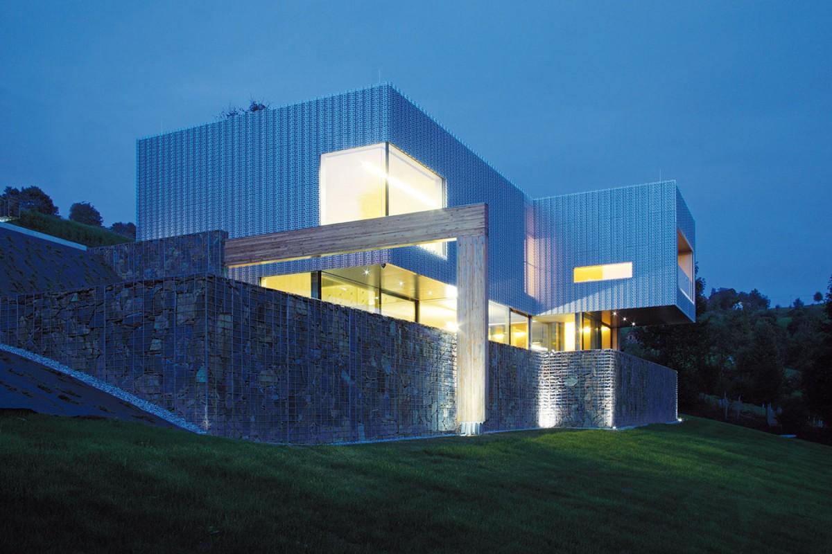Objekt, jemuž ani noc neubírá na působivosti, je navržen jako pasivní dům sinteligentním systémem řízení budovy, solárním ohřevem TUV asvytápěním tepelnými čerpadly. FOTO ROBERT ŽÁKOVIČ
