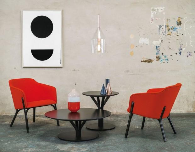 Kulatý stůl Bloom ačalouněné křeslo Split zkolekcí navržených designérem Arikem Levym představil TON loni na veletrhu Salone del Mobile vMiláně. FOTO TON