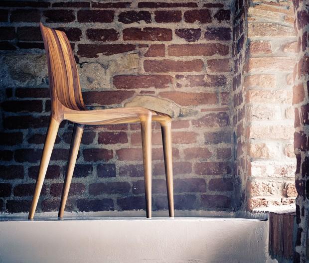 Produkty Situs, jako například židle Figure (olejovaný americký ořech, 20210 Kč), na první pohled zaujmou svým dokonalým zpracováním. FOTO SITUS