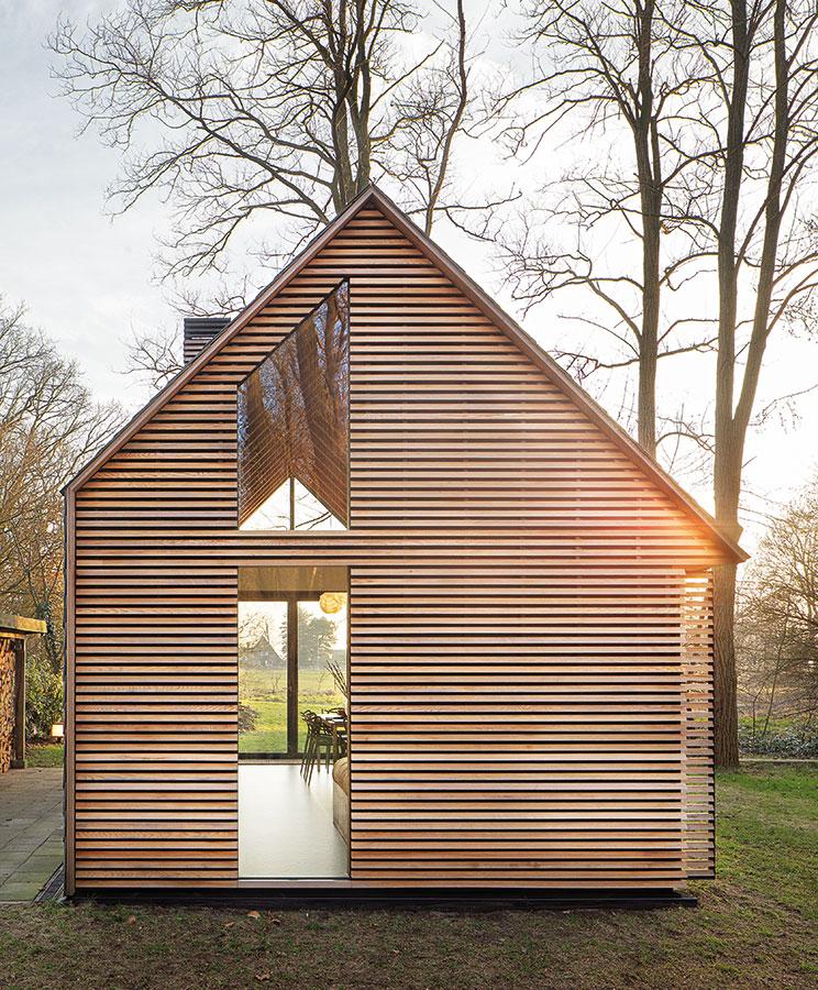 Asymetrický tvar střechy, dokonalost detailů ajednoduchost uspořádání otevřeného interiéru jsou charakteristické znaky této moderní verze tradiční chaty. FOTO STIJN POELSTRA