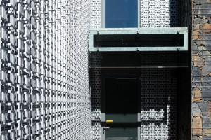 Nápaditá perforovaná fasáda z trapézového plechu, která při pohledu zdálky připomíná krajku, funguje jako ochrana proti přehřívání i větrolam. FOTO ROBERT ŽÁKOVIČ