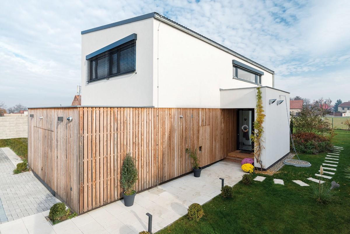 Dřevěné obložení garáže celou stavbu zjemňuje aodlehčuje. FOTO MARTIN ZEMAN / PRODESI