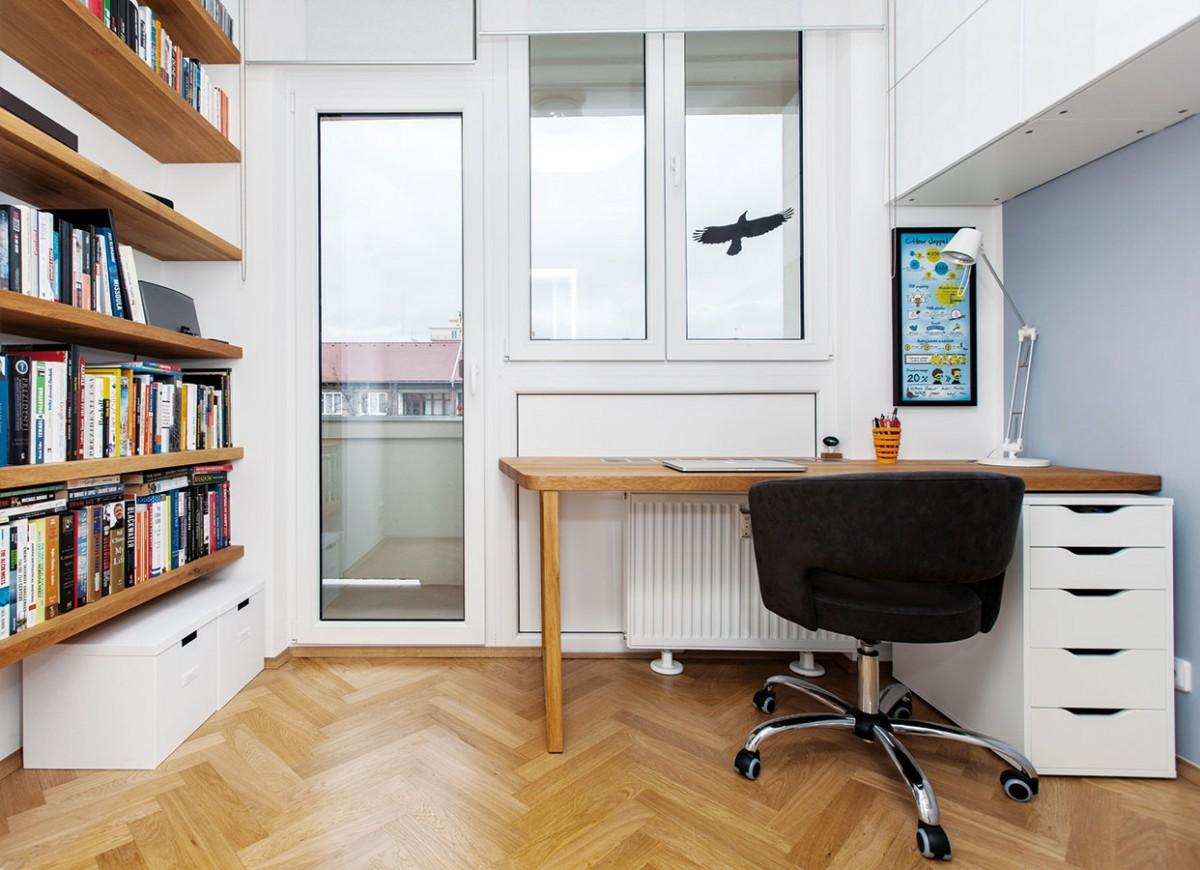Pracovna je zařízena jednoduše a účelně – na stěnách skýtá množství úložných prostor. Může se pochlubit vlastním balkonem. FOTO DANO VESELSKÝ