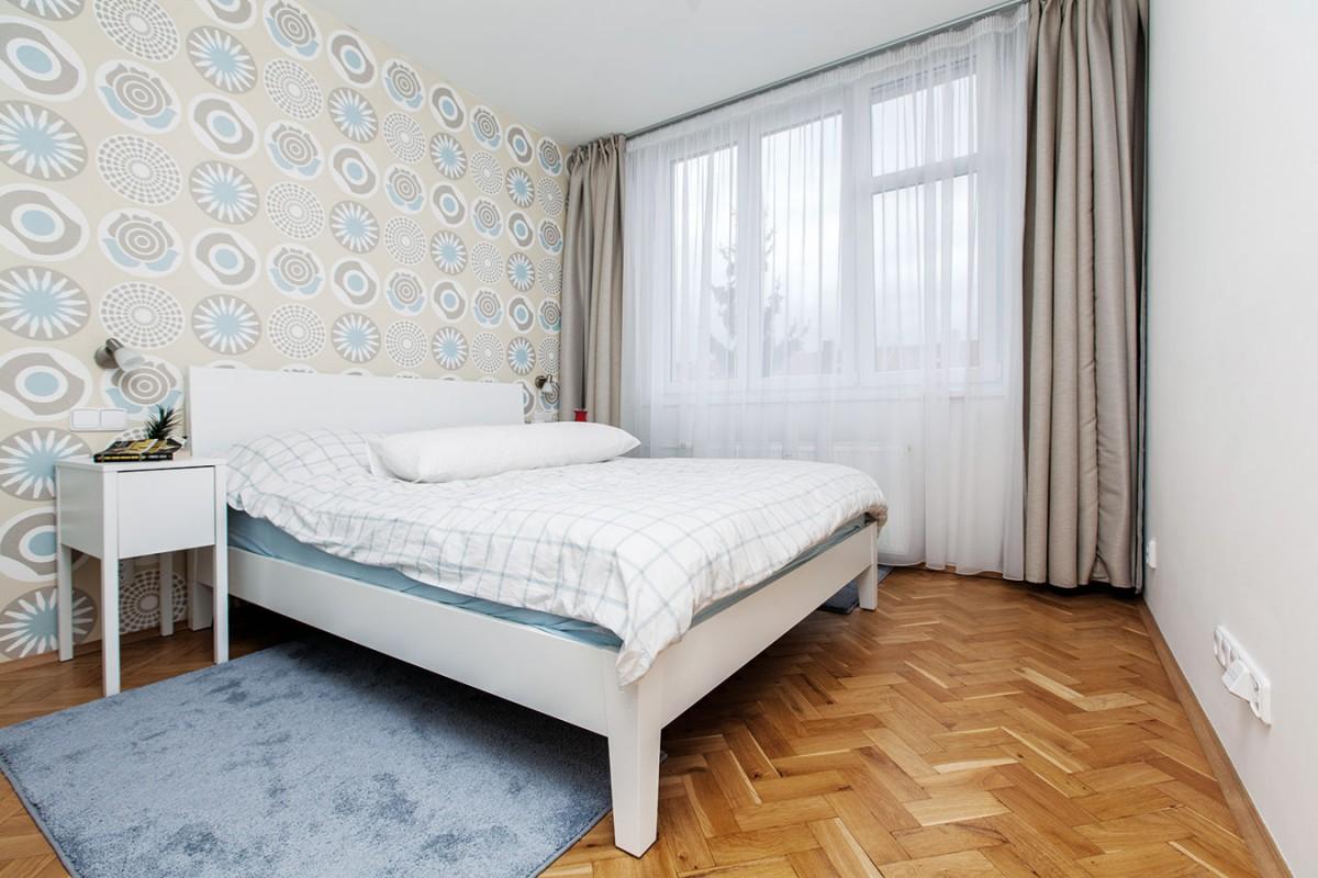 Veselá tapeta za čelem postele zútulnila opět jednoduše zařízenou ložnici. Aby nezábly nohy, má každý znocujících po straně kdispozici vlastní kobereček. FOTO DANO VESELSKÝ