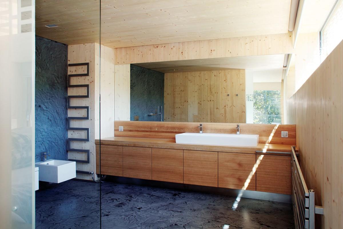 Rukou architekta byla navržena také celá řada nábytku adoplňků (komody, noční stolky, jídelní stůl, kuchyně, radiátory, mýdelníky, věšáky atd.), které přispívají kmimořádné soudržnosti interiéru akjednotnému vzhledu domu jako celku. FOTO ROBERT ŽÁKOVIČ