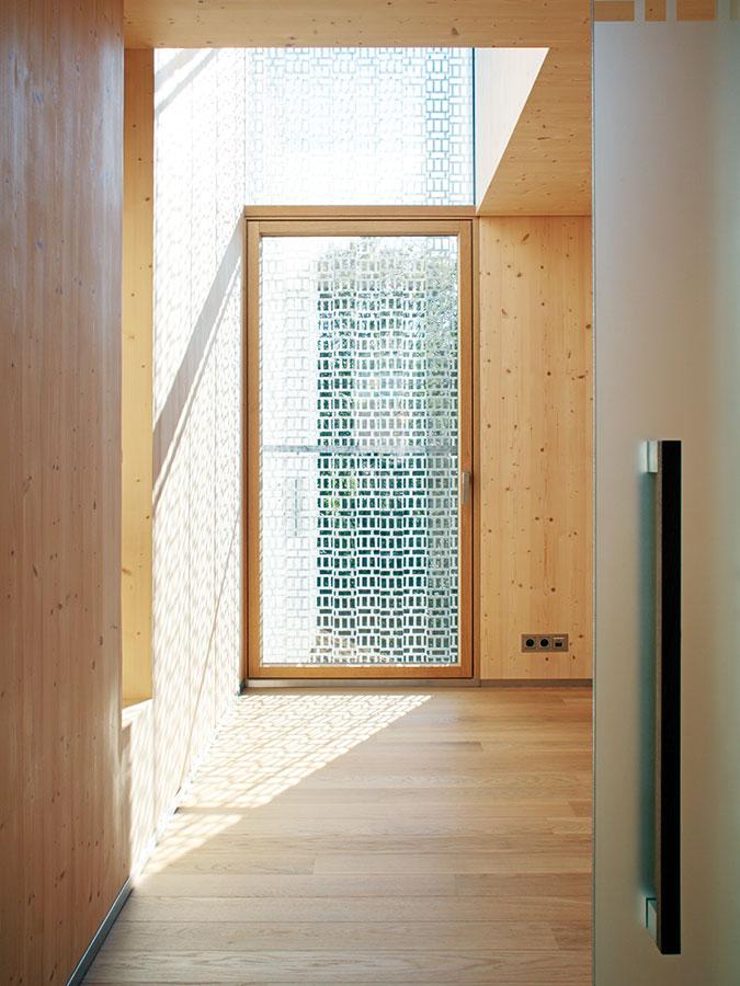 Perforovaná hliníková fasáda projevuje svou estetickou působnost nejen navenek, ale izevnitř. Uvnitř vytváří zajímavé světlené efekty adecentně kontrastuje sinteriérem plným dřeva. FOTO ROBERT ŽÁKOVIČ