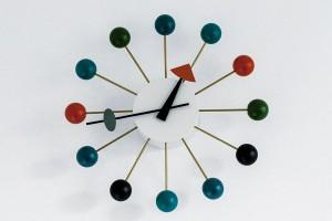 Za pět minut červená. Když zkombinujete minimalistický design sdětskou hravostí, vzniknou vtipné kuličkové hodiny. Klára má zkrátka cit pro výběr milých drobností. FOTO DANO VESELSKÝ