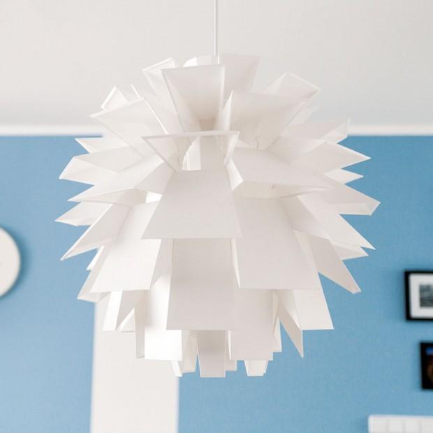 Osobní vztah. Závěsná lampa Norm 69 od dánské značky Normann Copenhagen je nestárnoucí klasika. Kláru na ní nejvíc baví, že si ji majitelé musí sestavit sami. FOTO DANO VESELSKÝ