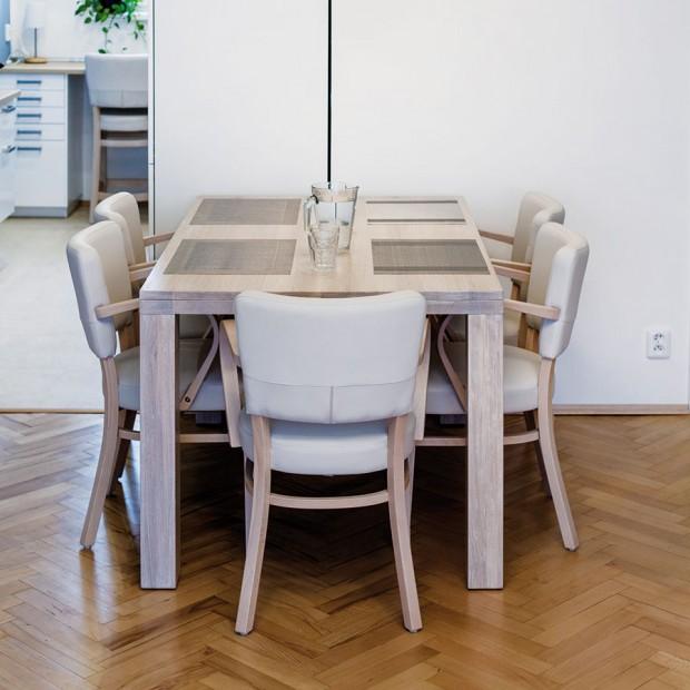 Jídelní stůl vyráběl truhlář na míru tak, aby ladil sostatním nábytkem vodstínu bělený dub azároveň se pod něj vešly pohodlné židle sopěrkami od tradiční české značky TON. FOTO DANO VESELSKÝ